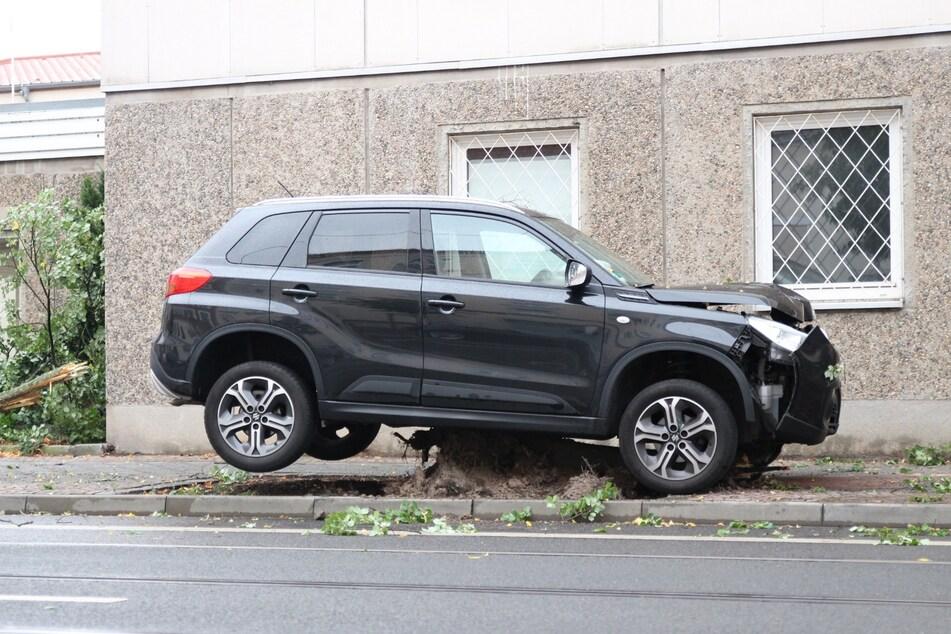 Leipzig: Auto fällt Baum und bleibt auf Stumpf stehen
