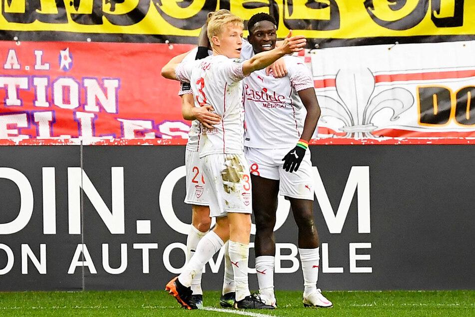 """Großer Erfolg für Moussa Koné (24, r.): Der Ex-Stürmer von Dynamo Dresden traf für Olympique Nimes gegen LOSC Lille. Am Ende gewann er mit den """"Krokodilen"""" sensationell mit 2:1 beim Ligue-1-Tabellenführer."""