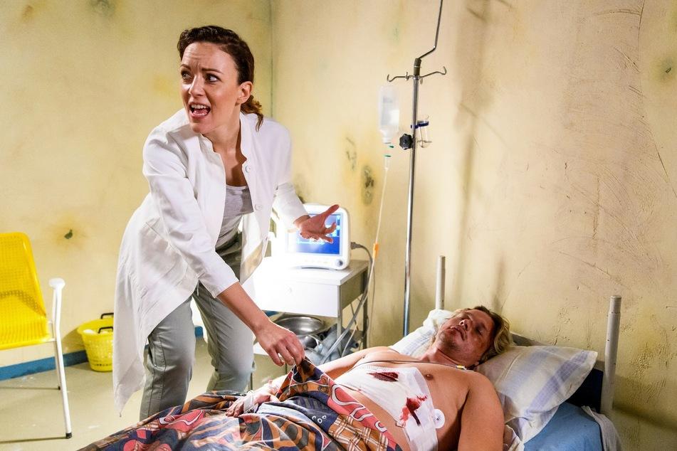 Dr. Ines Bandura stellt eine heftige Nachblutung fest.