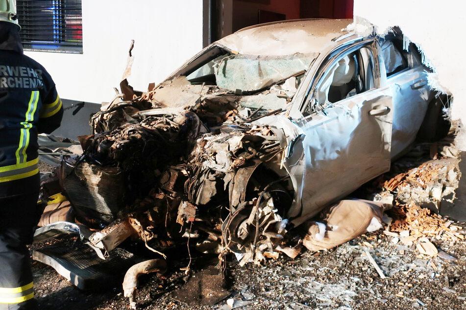 Auto kracht in Wohnhaus und kommt auf anderer Seite wieder heraus