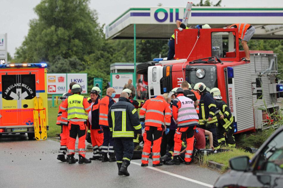 Feuerwehrauto hat auf Weg zu tödlichem Unfall selber Crash und kippt um