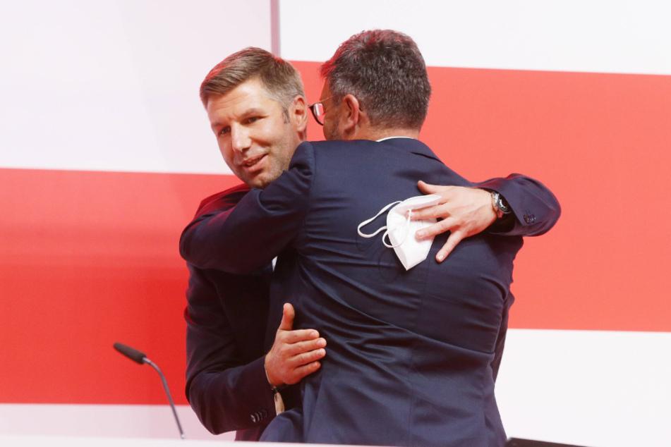 VfB-Vorstandschef Thomas Hitzlsperger (39, l.) gehörte zu den ersten Gratulanten nach der Wahl von Claus Vogt zum Präsidenten.