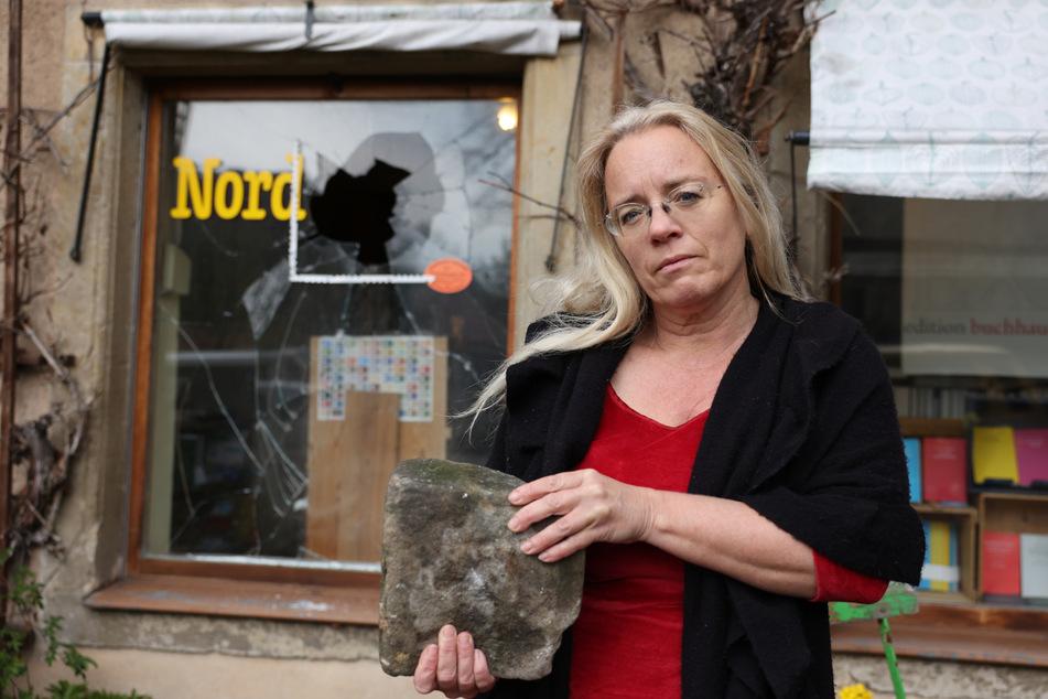 BuchHaus-Inhaberin Susanne Dagen mit dem Stein, der in eine ihrer Ladenscheiben geworfen wurde.