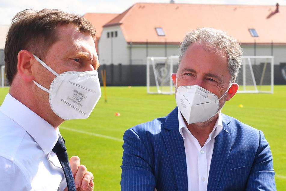 Kontakte und Gespräche gehören zur Jürgen Wehlends (55, r.) Job wie der Ball zum Spiel. Hier unterhält er sich mit Sachsens MP Michael Kretschmer (46).