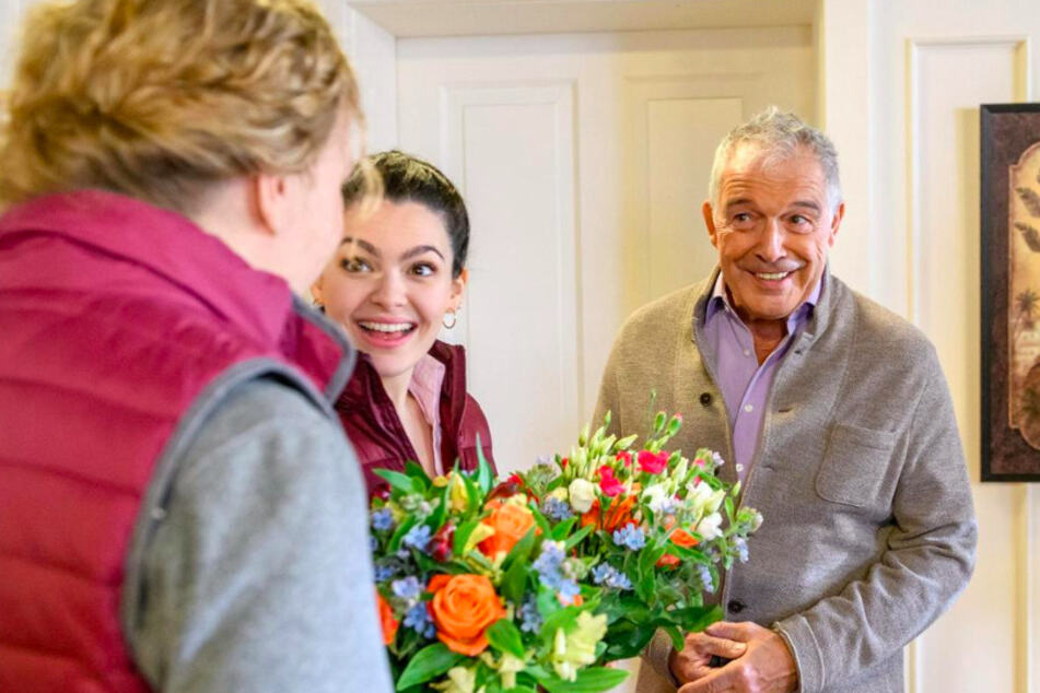 Maja (l., Christina Arends) und Shirin (M., Merve Çakir) freuen sich, dass André (Joachim Lätsch) einen Hut kaufen will. Doch welcher Plan steckt dahinter?