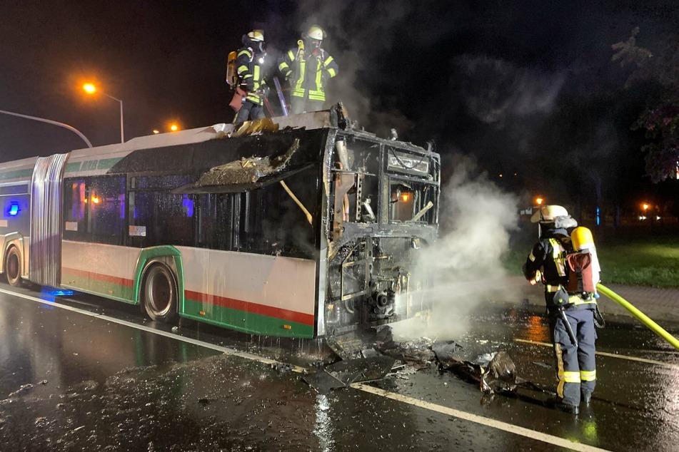 Als die Feuerwehr eintraf, stand der Bus bereits vollständig in Flammen.