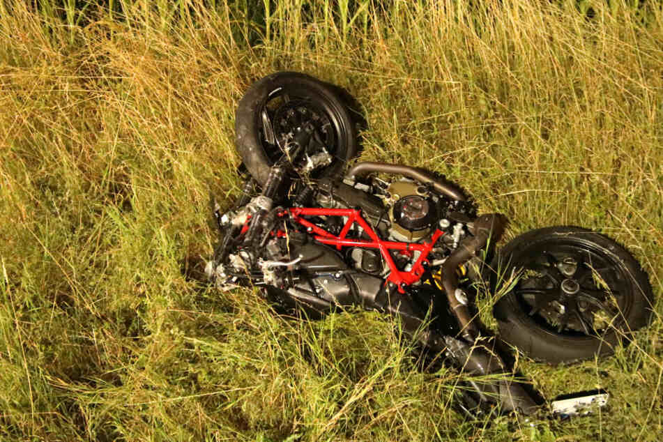 Das Motorrad des Verstorbenen liegt neben der Fahrbahn.