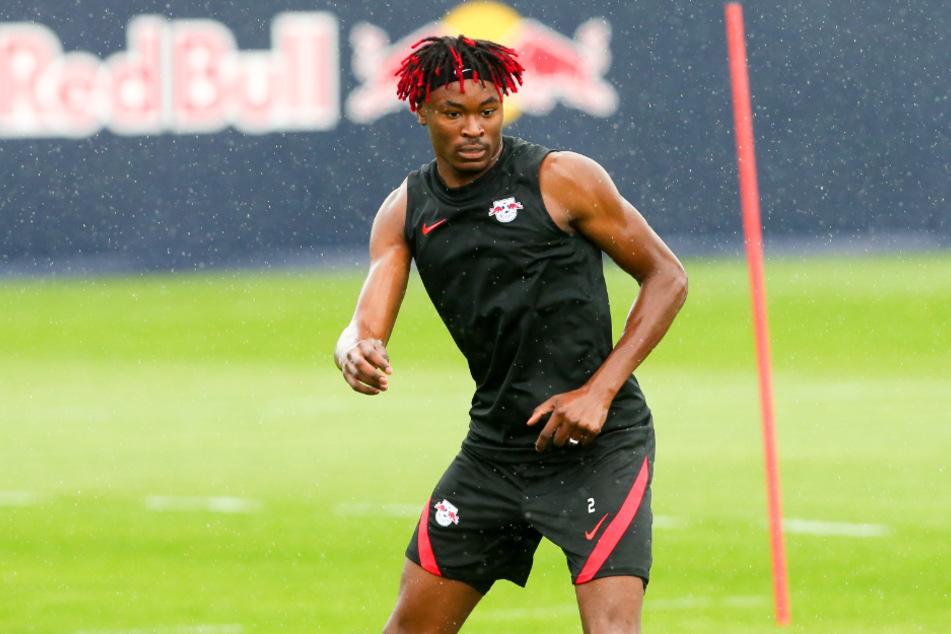 RB Leipzigs Abwehrjuwel Mohamed Simakan (21) bekennt sich mit seiner Frisur zu seinem neuen Klub.