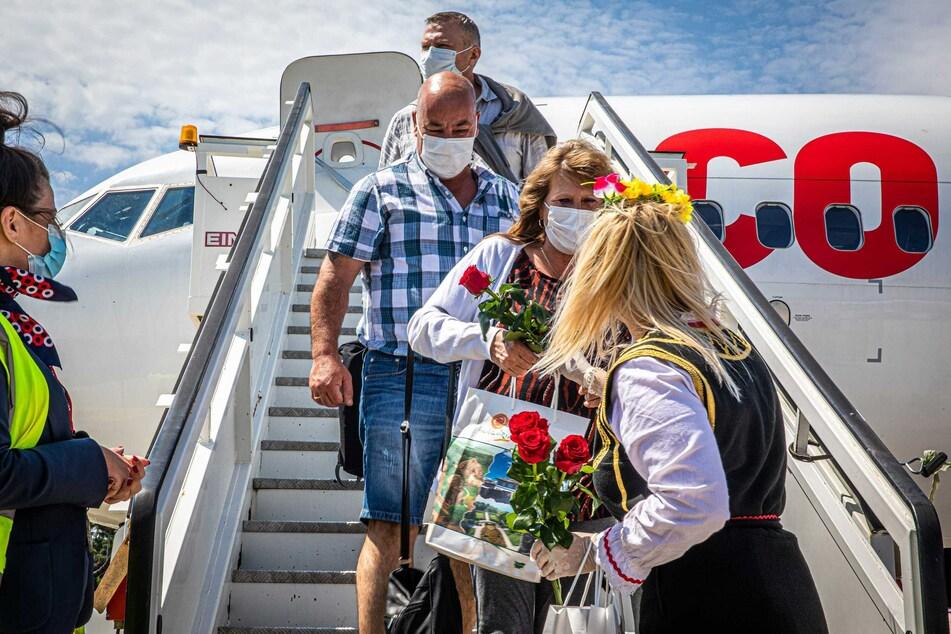 Tourismusministerin Angelkowa begrüßte am Freitag die fast 190 Feriengäste aus den Niederlanden und Belgien am Flughafen der Touristenhochburg Burgas mit Rosen und Folk-Programm.