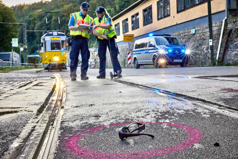 Polizeibeamte untersuchen die Unfallstelle.