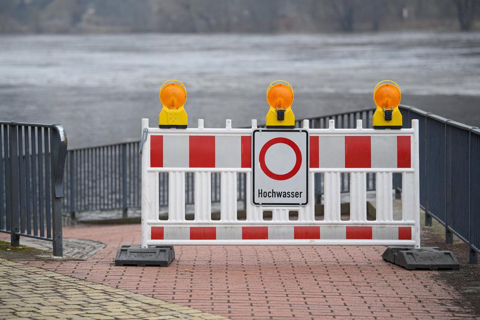 Hier wird zuerst abgeriegelt: Sperrschild am Elberadweg vor dem Schillergarten.