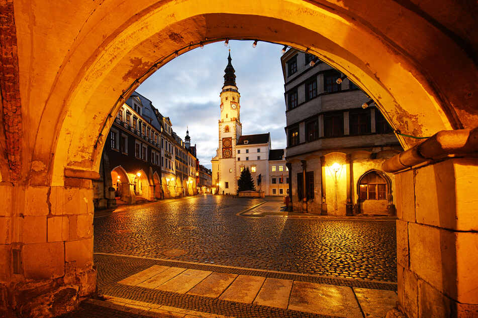 Blick am Abend auf den menschenleeren Untermarkt mit dem Alten Rathaus in der Altstadt.