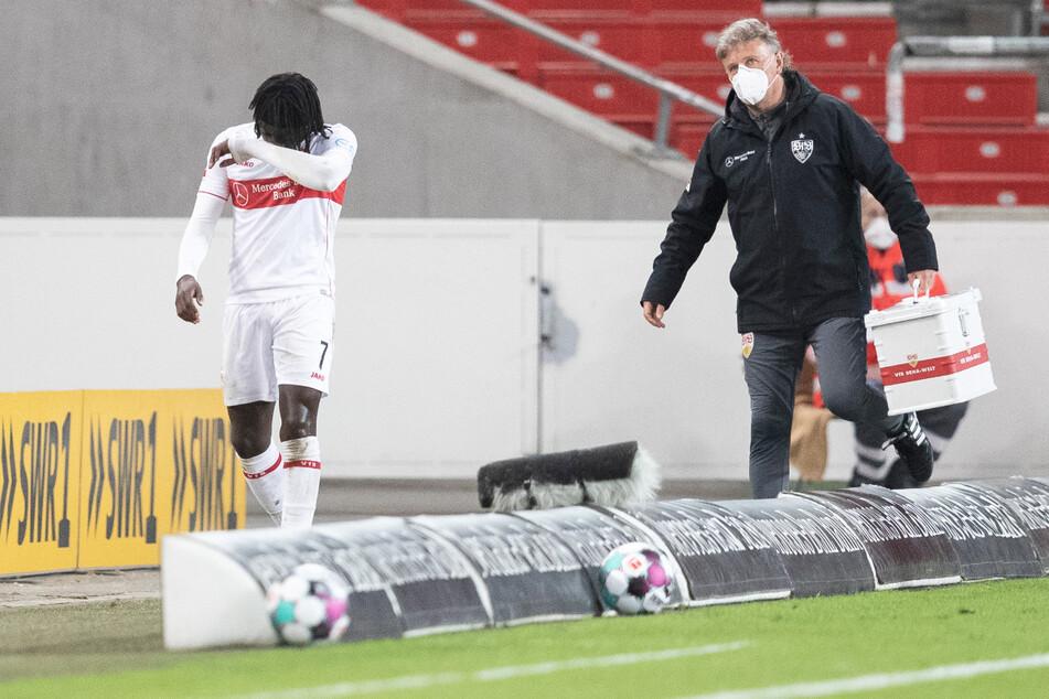 Stuttgarts Tanguy Coulibaly (l.) wurde am Freitag beim Spiel gegen Freiburg verletzungsbedingt ausgewechselt.