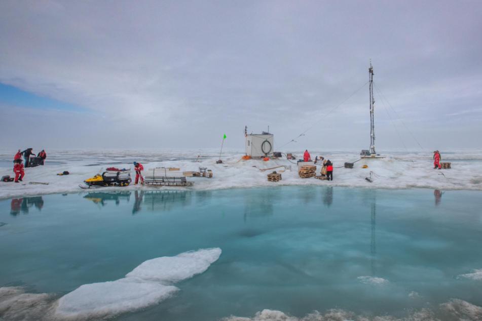 """Mitarbeiter der """"Mosaic""""-Expedition packen das Zentrum der meteorologischen Arbeiten auf der Scholle, Met City, zusammen."""