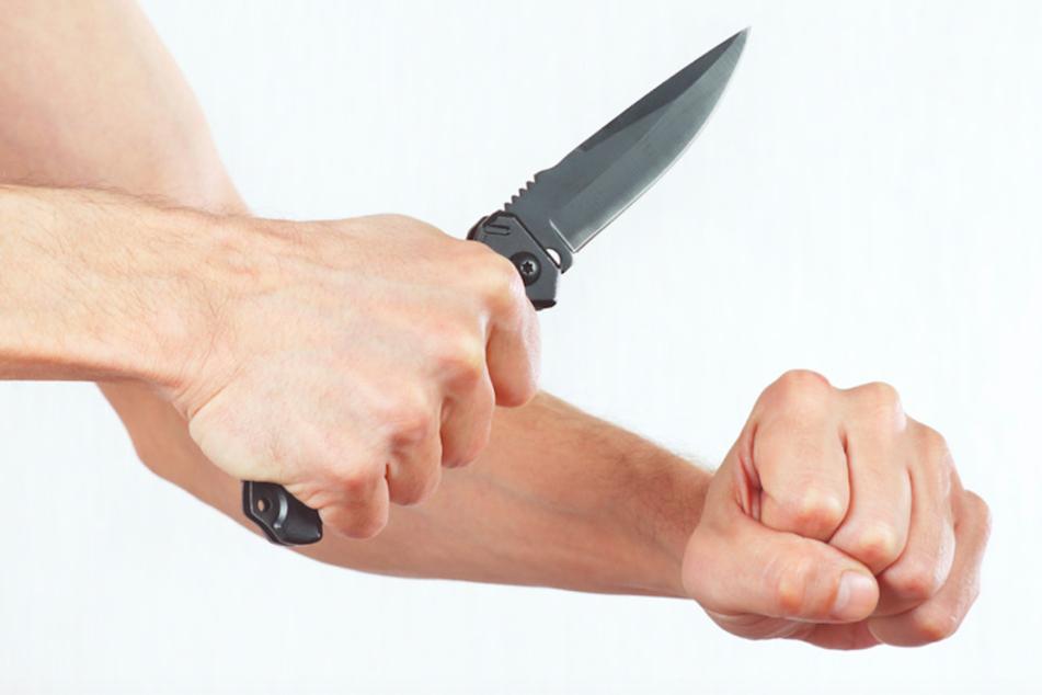 Streit auf offener Straße: Ex-Freund schubst Frau und geht mit Springmesser auf Helfer los