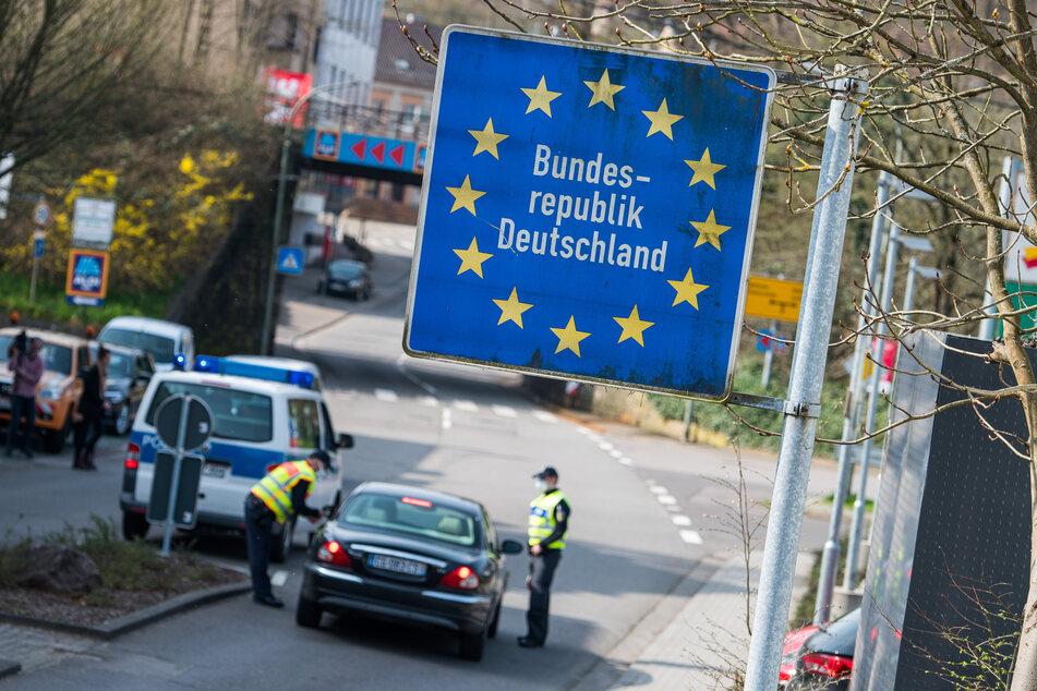Beamte der Bundespolizei kontrollieren ein Fahrzeug, das nach Deutschland fahren will.