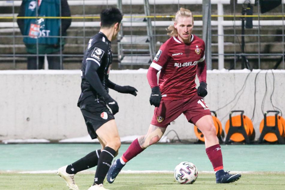 Marvin Stefaniak (r.) spielt gleich den Ball vor Münchens Yi-Young Park.