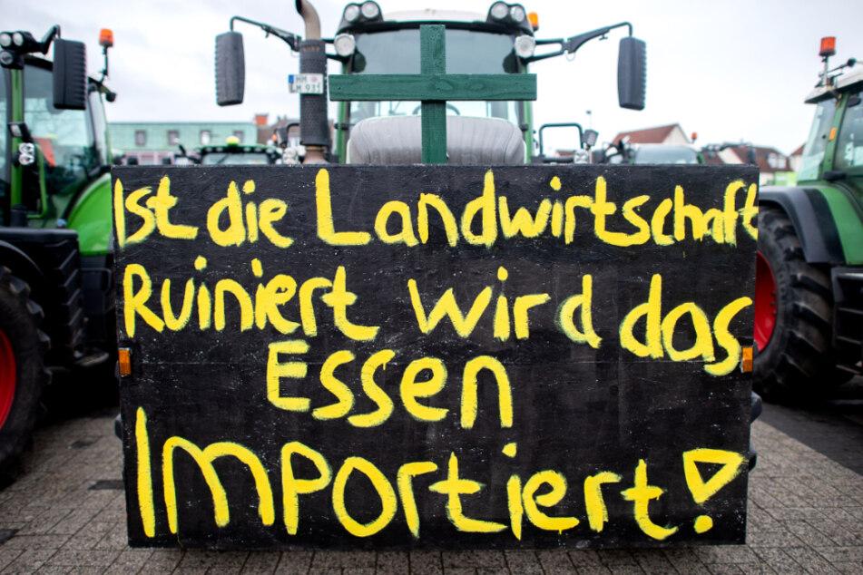 Spontane Protestaktion: Traktorfahrer blockieren Zufahrt von Supermarktketten