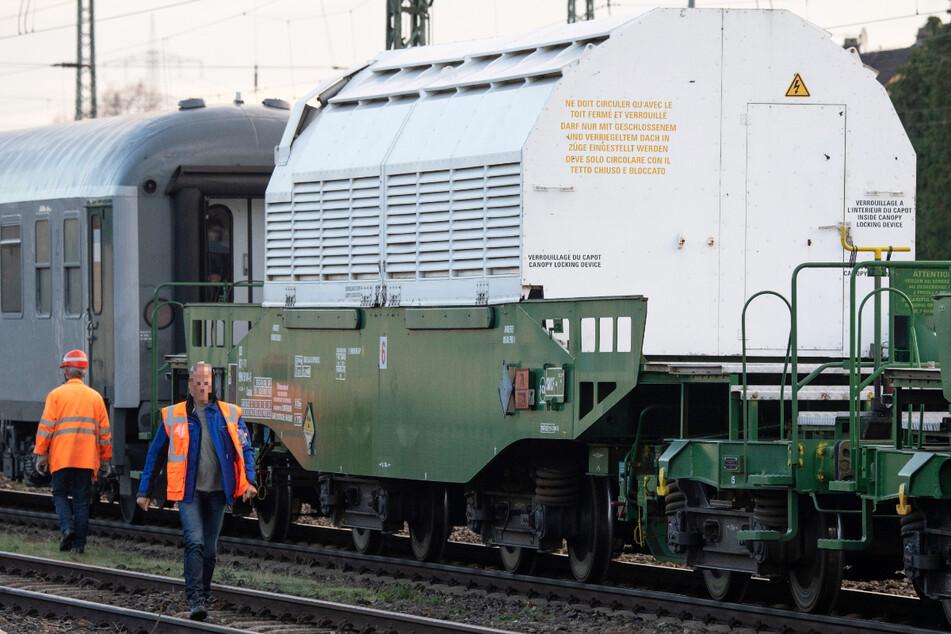 Hoch radioaktiver Abfall wird in der Regel mit sogenannten Castor-Behälter transportiert.