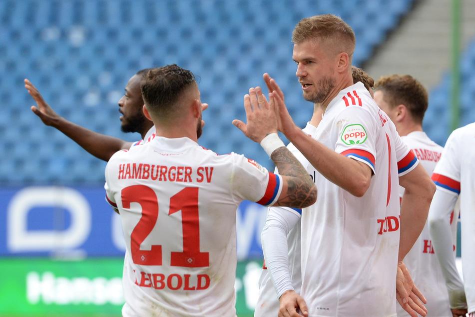 Die HSV-Spieler um Kapitän Tim Leibold (2.v.l.) wollen auch gegen den FC St. Pauli wieder jubeln. (Archivfoto)