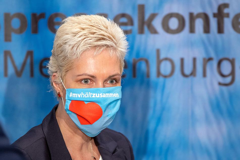 Manuela Schwesig (SPD), die Ministerpräsidentin von Mecklenburg-Vorpommern, kommt mit einem Mundschutz zu einer Pressekonferenz.