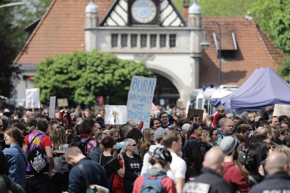 """Teilnehmer demonstrieren mit Plakaten im Grunewald bei der Demonstration """"my Gruni"""" am 1. Mai 2019."""