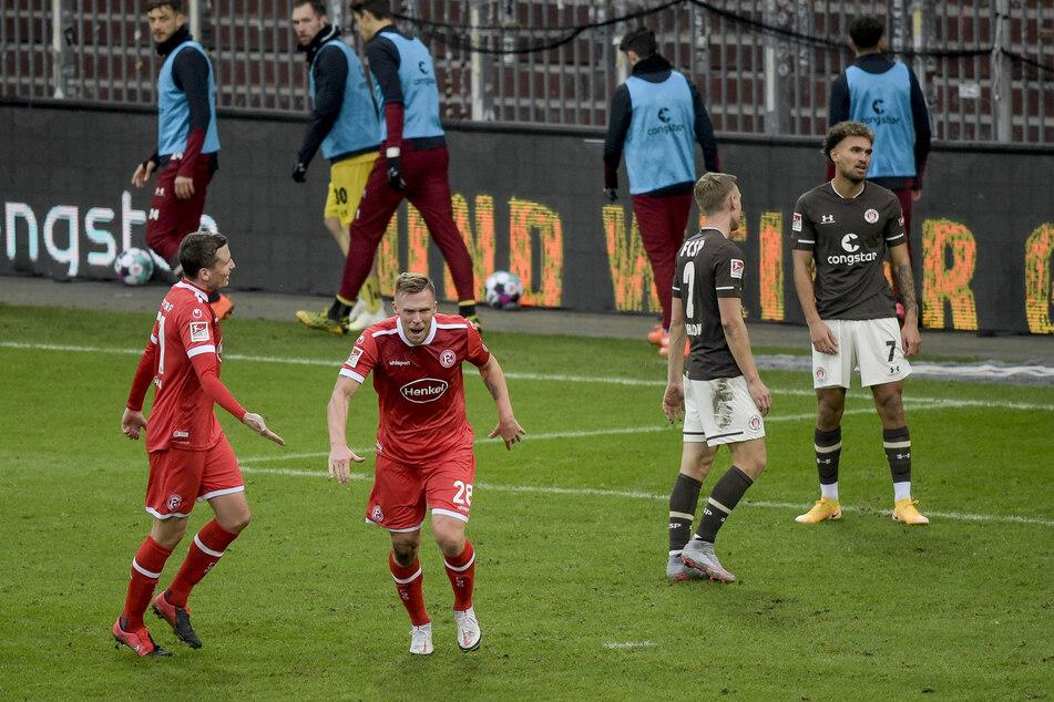 Fortuna-Knipser Rouwen Hennings (2.v.l.) jubelt nach seinem Tor zum 2:0 gegen den FC St. Pauli.