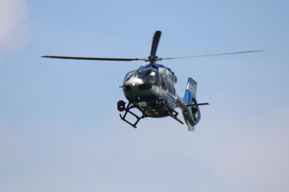 Die Polizei suchte den Rotter See in Troisdorf mit einem Helikopter ab.