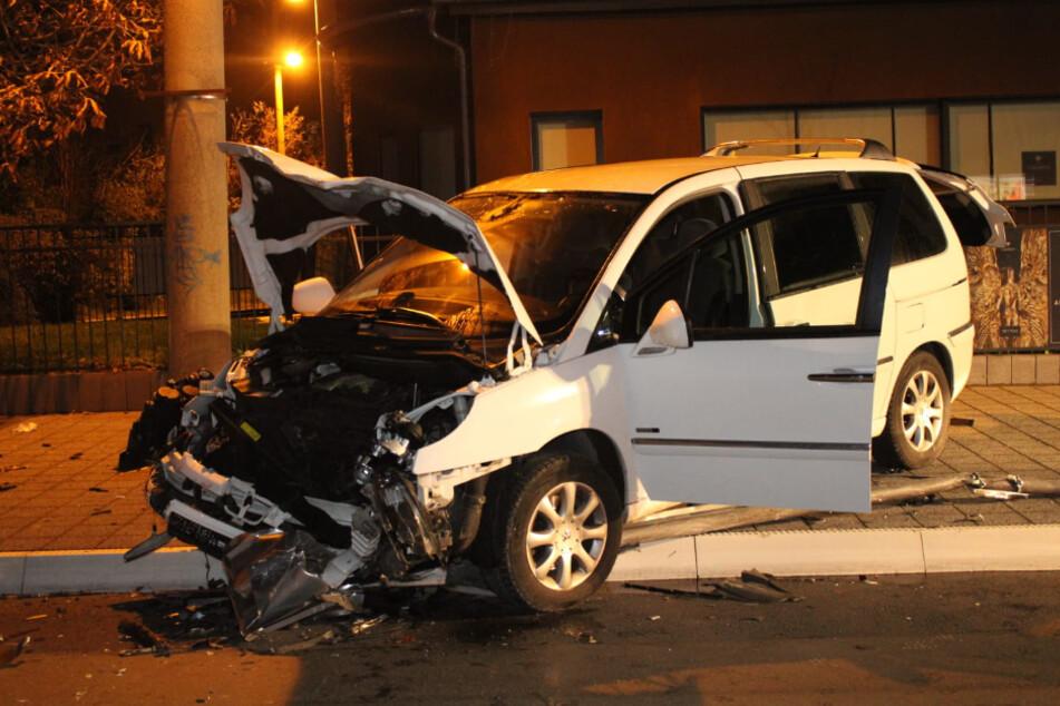 Der Fahrer des Wagens hatte betrunken die Kontrolle über sein Fahrzeug verloren.