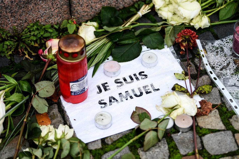 Vor der französischen Botschaft liegen Blumen und Kerzen zum Gedenken an den getöteten Lehrer.