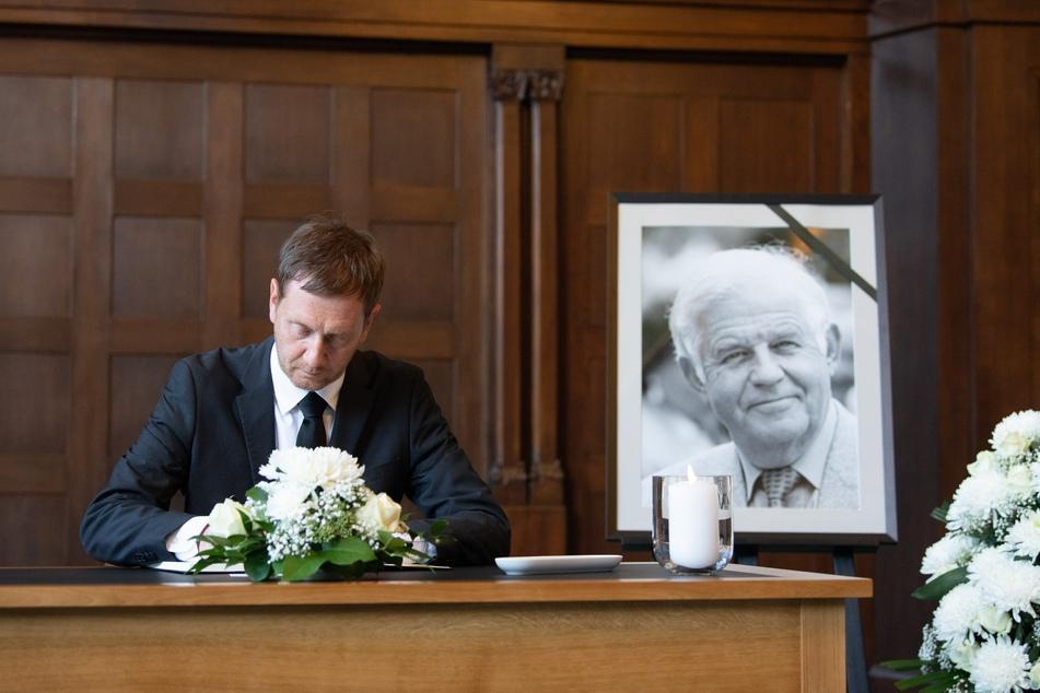 Sachsens Ministerpräsident, Michael Kretschmer (46, CDU), trägt sich nach dem Tod des CDU-Politikers Kurt Biedenkopf (†91) in der Sächsischen Staatskanzlei in ein Kondolenzbuch ein.