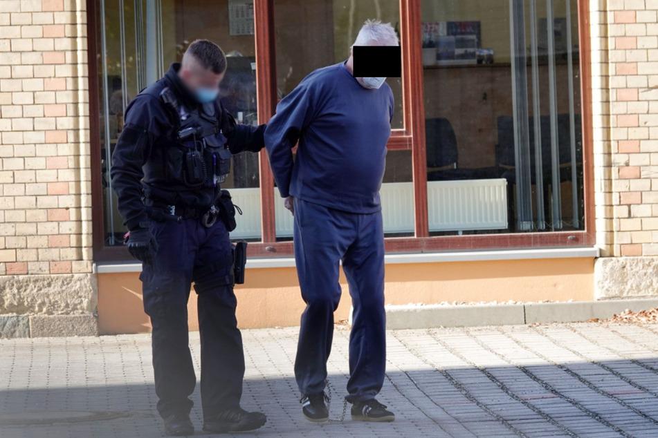 Vorführung beim Haftrichter: Julius Z. (73, r.) soll seinen Quasi-Stiefsohn (41) erschossen haben.