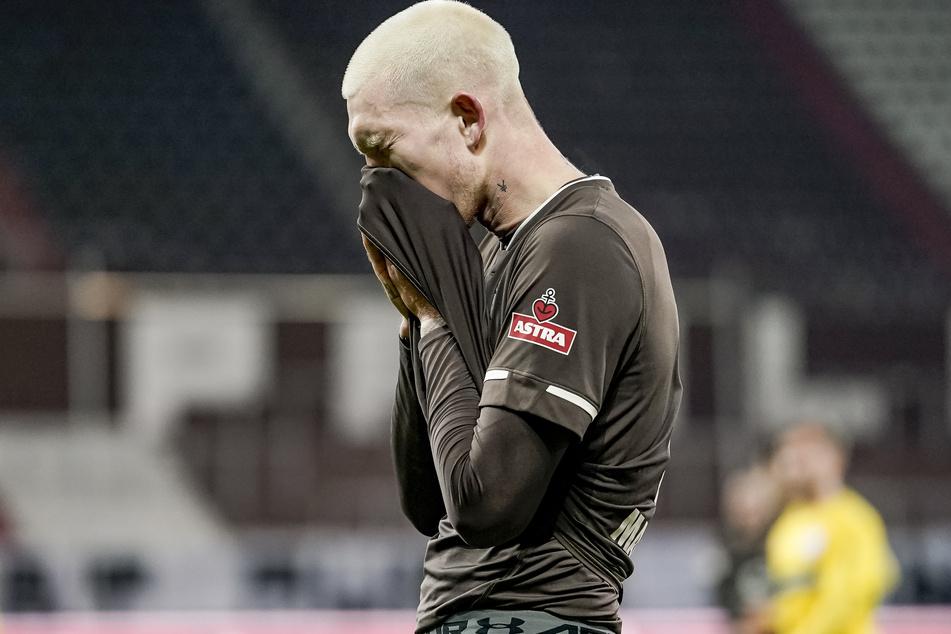 St. Paulis-Sturmriese Simon Makienok ärgert sich über eine vergebene Chance.