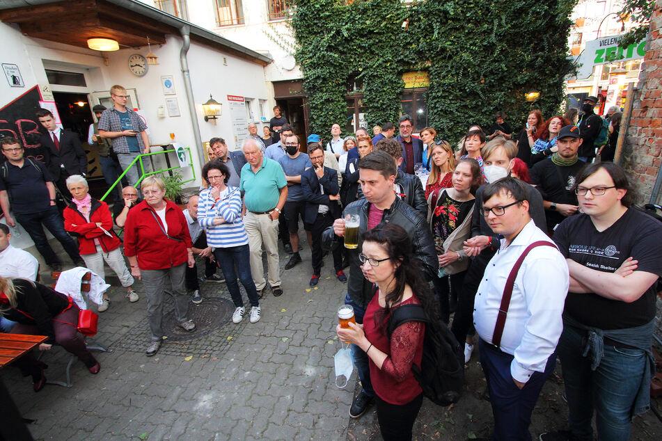 """Rund 150 Linke trafen sich am Abend im Innenhof des """"Haus der Begegnung"""" in Dresden."""