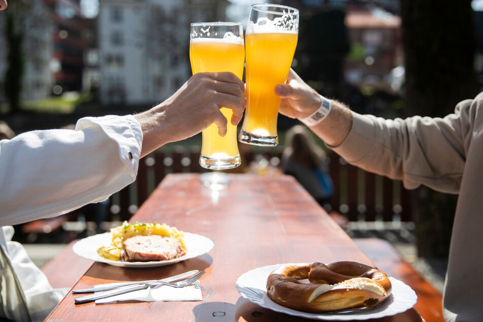 Prost:! Bald ist es auch in Sachsen wieder möglich, im Biergarten zu sitzen.