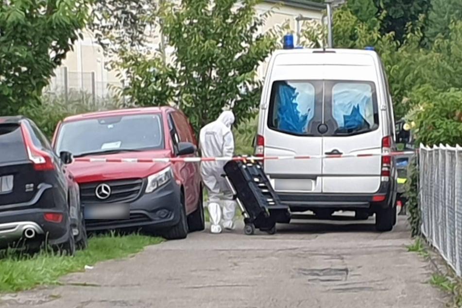 Geislingen, Mitte Juni 2020: Ein Mitarbeiter der Spurensicherung ist nach der Bluttat vor Ort.