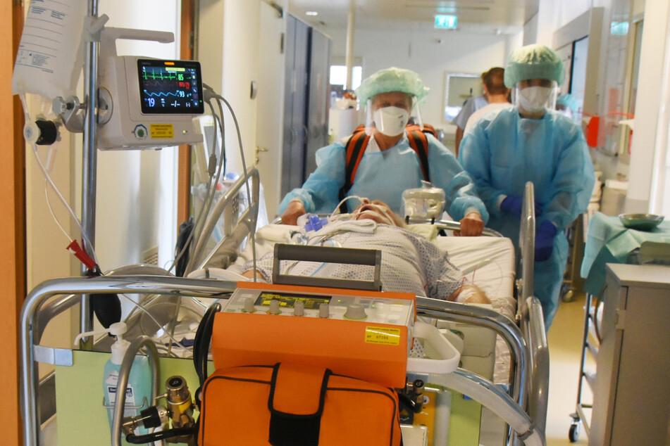 Immer knapper: Klinikbetten für Covid-Patienten in Sachsen. Bei den Corona-Leitstellen bereitet man sich bereits auf Patientenverlegungen in andere Bundesländer vor.