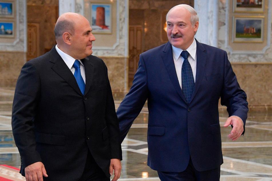 Michail Mischustin (54, li.), Ministerpräsident von Russland, spricht am 3. September mit Alexander Lukaschenko (66), Präsident von Belarus, in Minsk. Mischustin reiste in die belarussische Hauptstadt, um die Bedingungen für die Refinanzierung eines russischen Kredits zu besprechen.