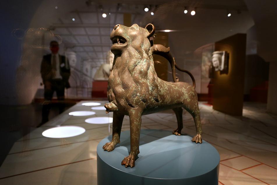 Ein bronzenes Gießgefäß in Form eines Löwen, vermutlich aus dem 15. Jahrhundert, ist im Wittelsbacher Schloss ausgestellt.