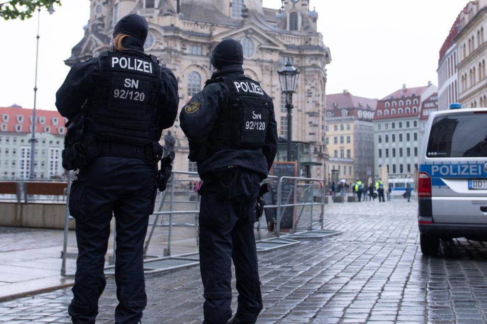 Polizisten vor der Frauenkirche auf dem Neumarkt.