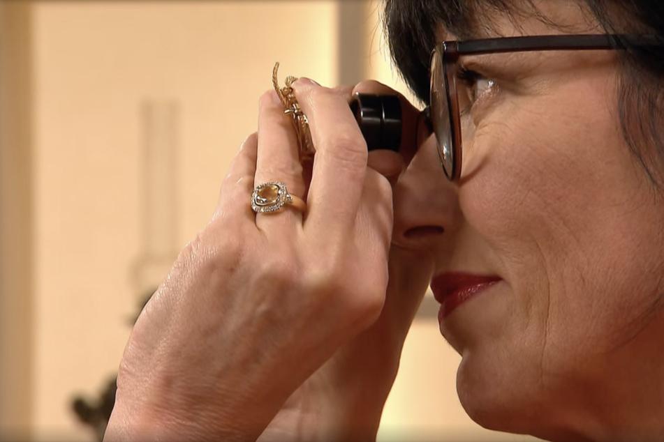 Schmuckexpertin Heide Rezepa-Zabel (56) begutachtet das Schmuckstück eingehend, um zu einer genauen Expertise zu kommen.