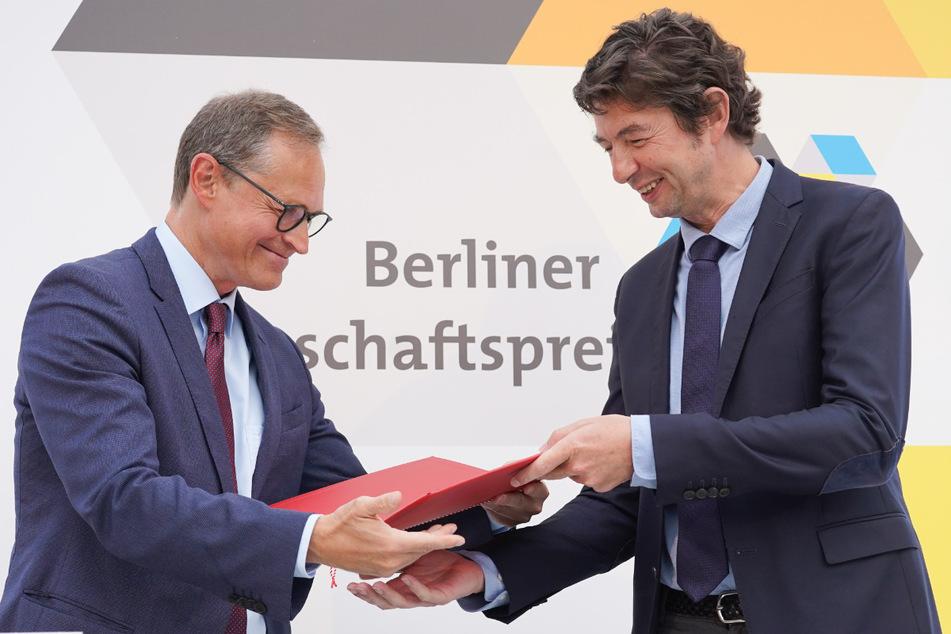 Michael Müller (l, SPD), Regierender Bürgermeister von Berlin, überreicht dem Virologe Christian Drosten den Berliner Wissenschaftspreis 2020.