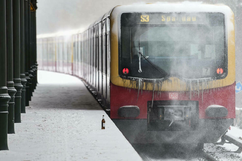 Das Winterwetter führt am Dienstagmorgen zu Verspätungen und Ausfällen bei der S-Bahn Berlin.