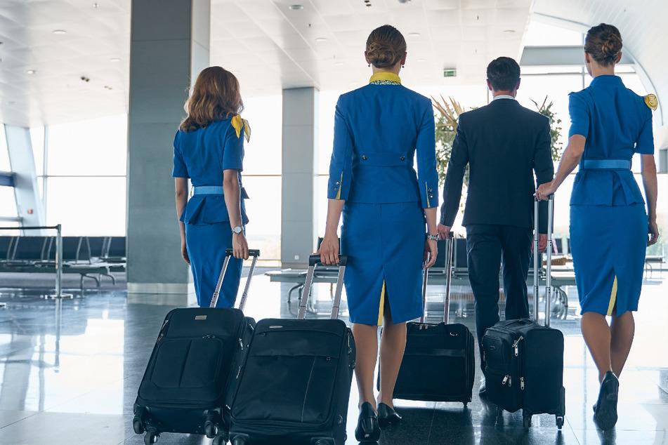 Wollte sich der junge Mann in Uniform unter andere Flugbegleiter mischen? (Symbolbild)