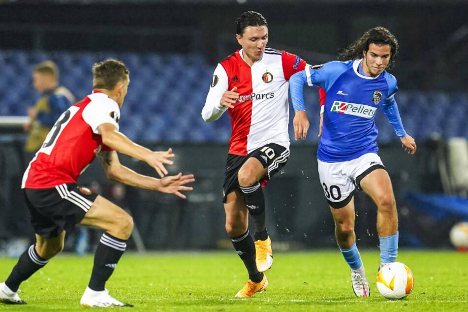 WAC-Wusler Matthäus Taferner (19) behauptet sich gegen den niederländischen Nationalspieler Steven Berghuis (M.) und Ex-Elftal-Akteur Jens Toornstra (l.) von Feyenoord.