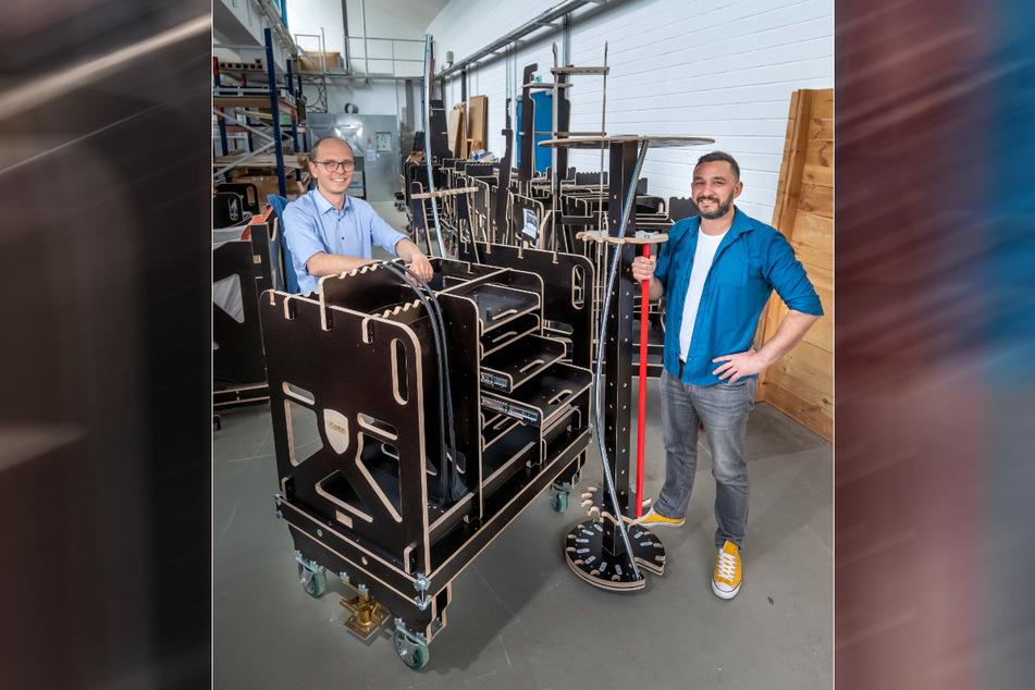 Ausgezeichnete Idee: Christoph Alt (37, l.) und Renè Hudl (38) von LiGenium liefern Werkzeugwagen aus Holz an die Autoindustrie.