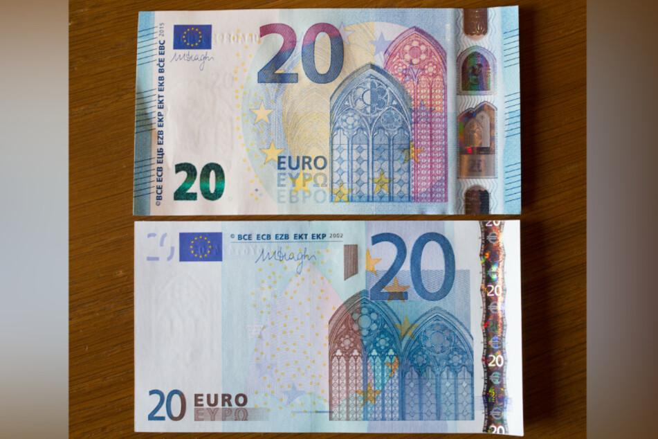 Ein damals neuer (o.) und ein alter 20-Euro-Schein liegen in der Zentrale der Bundesbank auf einem Tisch.