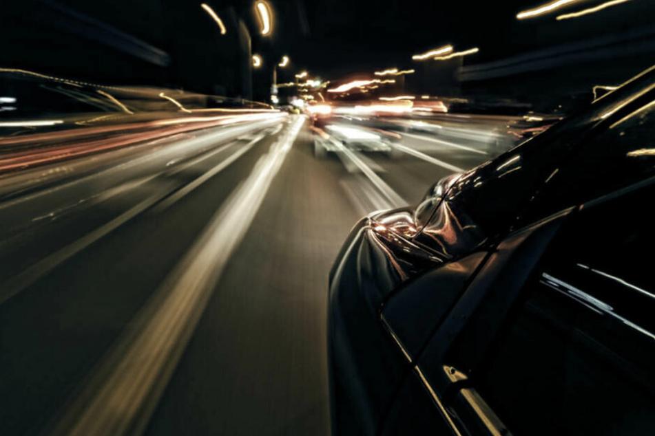 Illegales Autorennen auf der A14? Frau (31) kracht in Leitplanke und wird verletzt