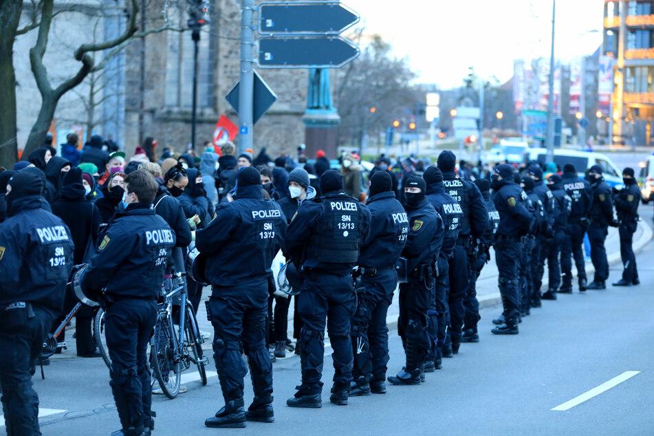 Polizisten am Samstag in Magdeburg: Nach eigenen Angaben sei die Demo weitgehend ohne Störungen verlaufen.