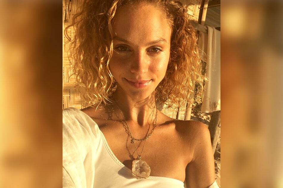 Model berusia 23 tahun ini saat ini tinggal di pulau Bali, Indonesia, setelah melewati masa-masa sulit baik secara pribadi maupun profesional.